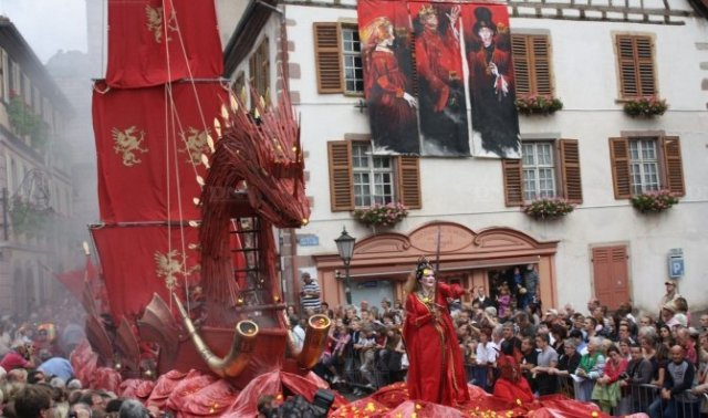 That's Sophie in the front of everything, long flowing hair and wielding a sword in the 2012 parade!